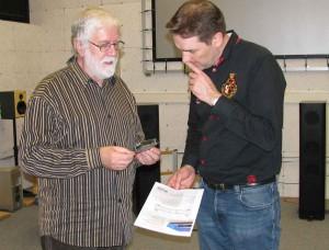 Adrianus Elschot (Leiter der Hardwareentwicklung RESTEK) und Frank Lechtenberg (Chefredakteur der Zeitschrift HiFi Stars)